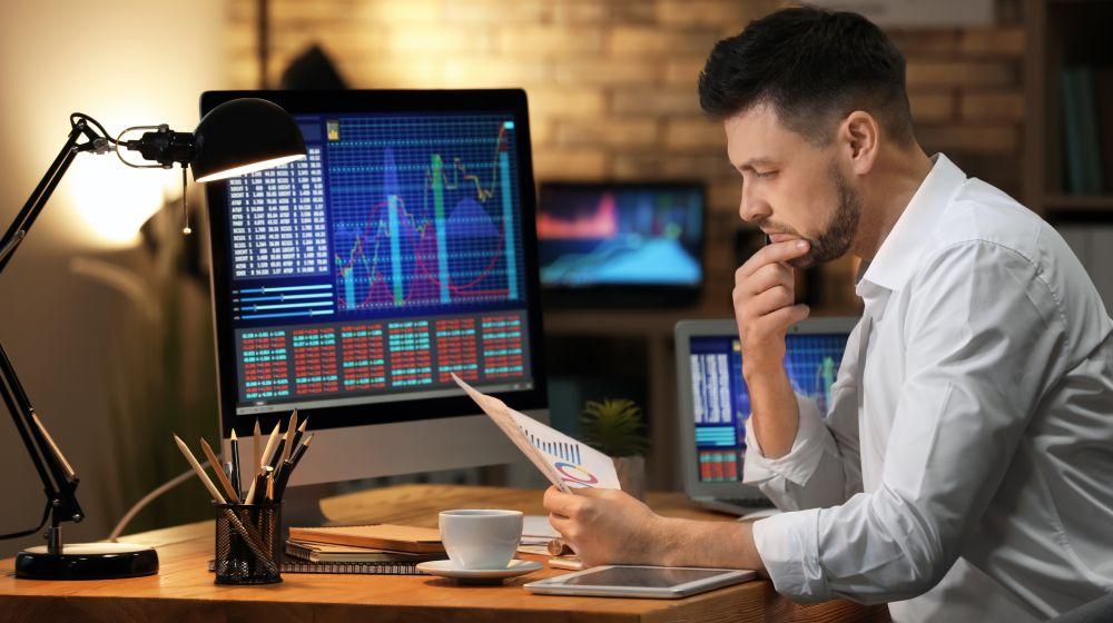 forex trader at desk